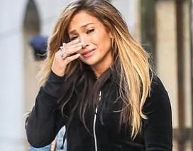 Jennifer Lopez bật khóc trên phố