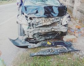 """""""Thọc sườn"""" ô tô, 2 thanh niên đi xe máy tử vong"""