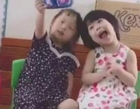 Clip hai cô bé mải mê selfie bằng chiếc dép khiến dân mạng cười nghiêng ngả