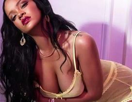 Rihanna khoe ngực bốc lửa