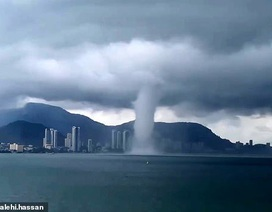 Video: Khoảnh khắc vòi rồng khổng lồ tiến vào thành phố ven biển Malaysia