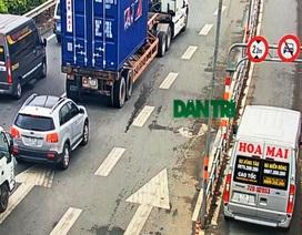 Camera ghi cận cảnh ô tô, xe khách chạy vào làn xe máy trên cao tốc