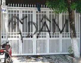 """Chưa thể xem camera nhà ông Linh để tìm người vẽ chữ """"Ấ dâm"""""""