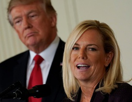 """""""Gương mặt đại diện"""" cho chính sách nhập cư tranh cãi của ông Trump từ chức"""