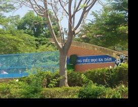 Nữ giáo viên bị đập dép vào mặt ngay trước cổng trường vì nợ nần
