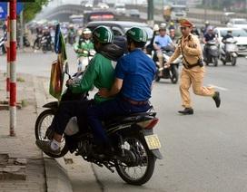 Hàng loạt xe máy bỏ chạy khi thấy CSGT xử lý vi phạm ở đường trên cao Hà Nội
