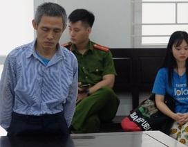 Cô bé lấy thân mình che chắn cho mẹ khi bị cha chém tới tấp