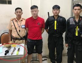 Cảnh sát chặn bắt ô tô của nam thanh niên chở nhiều dao tự chế