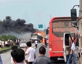 Xe chở mùn cưa tông xe bồn chở xăng gây cháy lớn trên cao tốc