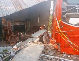 Xe khách tuột dốc làm sập nhà dân, 5 người may mắn thoát chết trong gang tấc
