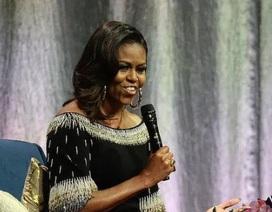 """Bà Obama so sánh Tổng thống Trump với """"ông bố đã ly dị"""""""
