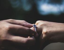 Cô dâu tương lai sốc vì bạn trai cầu hôn bằng nhẫn định dành cho người cũ