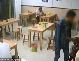 Thiếu nợ tiền mỳ, thực khách để con gái ở lại quán ăn