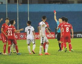 Trọng tài rút nhầm thẻ đỏ ở V-League bị treo còi
