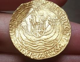 Bỗng chốc giàu có nhờ đào được đồng xu vàng quý hiếm 500 năm tuổi