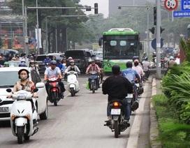 """Hà Nội: Xe máy """"lũ lượt"""" đi ngược chiều trên làn BRT"""