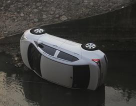 Hà Nội: Ô tô lao xuống mương nước, tài xế may mắn thoát nạn