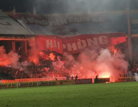 Hà Nội FC thắng Hải Phòng trong trận cầu mưa… pháo sáng