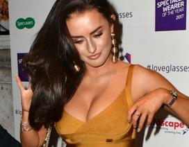 Amber Davies khoe ngực nảy nở