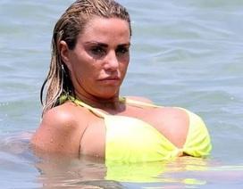 Katie Price diện áo tắm khoe ngực khủng