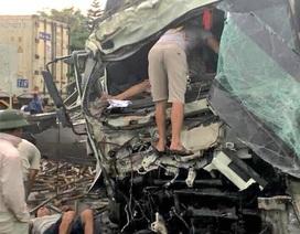 """Hai ô tô tông nhau """"tan nát"""", 2 người bị thương nguy kịch"""