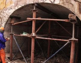 Hà Nội: Mục sở thị việc đục thông vòm cầu đường sắt chạy qua phố cổ