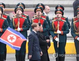 Ông Kim Jong-un bước trên thảm đỏ, duyệt đội danh dự trong lễ đón ở Nga