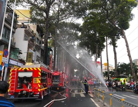 Cảnh sát điều xe thang chữa cháy nhà 5 tầng ở Sài Gòn