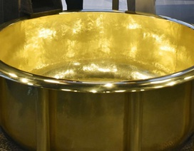 """Thử làm """"đại gia"""": Ngâm mình trong bồn tắm bằng vàng trị giá hơn 7,1 triệu USD"""