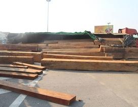 Xe đầu kéo lật nghiêng, hàng chục m3 gỗ đổ tràn trên quốc lộ
