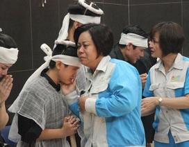 """Xót xa cảnh hai con khóc lặng trong lễ tang nữ công nhân môi trường bị """"xe điên"""" tông"""