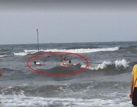 Hai thanh niên lao ra sóng dữ cứu 3 bố con thoát ngưỡng cửa tử thần