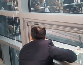 Nghị sĩ Hàn Quốc họp báo qua cửa sổ vì bị đối thủ giam trong phòng