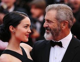 Nam diễn viên 63 tuổi Mel Gibson hạnh phúc ra phố cùng bạn gái 9X