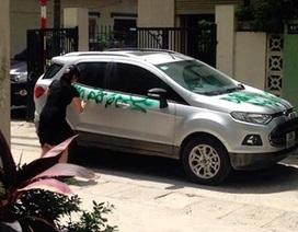Đập phá xe người khác đỗ chắn trước cửa nhà mình sẽ bị xử phạt