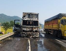 Xe tải chở hoa quả bất ngờ bốc cháy trên quốc lộ