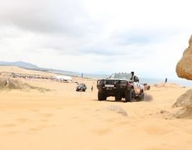 """Dịp lễ, các """"tay chơi"""" đổ xô về Ninh Thuận đua ô tô trên cát"""
