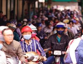 TPHCM: Người dân ùn ùn đi chơi lễ, xếp hàng dài chờ qua phà Bình Khánh