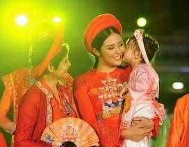 Hoa hậu Ngọc Hân bế con gái người mẫu Hồng Quế lên sân khấu