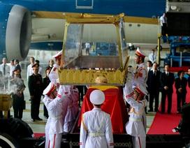 Kính cẩn, xúc động đón linh cữu Đại tướng Lê Đức Anh về đến Sài Gòn