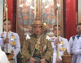 Quốc vương Thái Lan đội vương miện hơn 7kg, chính thức đăng quang