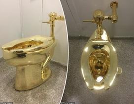 Lắp đặt toilet dát vàng 18 kara để công chúng sử dụng