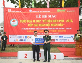 """Quỹ """"Vòng tay đồng đội"""" tiếp tục trao 200 triệu đồng giúp đỡ học sinh nghèo tỉnh Điện Biên"""