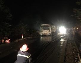 Xe khách bốc cháy dữ dội trong đêm, 30 hành khách chạy thoát thân