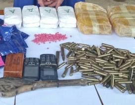 Bắt đối tượng vận chuyển 12.000 viên ma túy tổng hợp và hàng trăm viên đạn