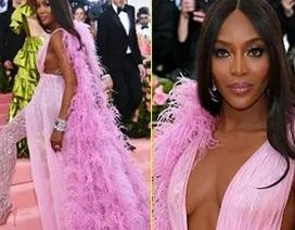 Naomi Campbell hóa đóa hoa tím quyến rũ