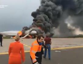 Khoảnh khắc hai tiếp viên hàng không bất lực nhìn máy bay Nga cháy ngùn ngụt