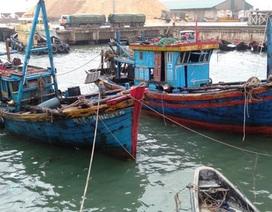 Trục vớt thành công 2 tàu cá của ngư dân bị sóng biển đánh chìm