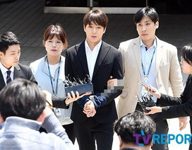 Choi Jong Hoon bị trói tay, giải về đồn cảnh sát