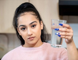 """Cô gái mắc bệnh cực hiếm """"dị ứng... nước"""": Chỉ đổ mồ hôi cũng gây đau đớn"""